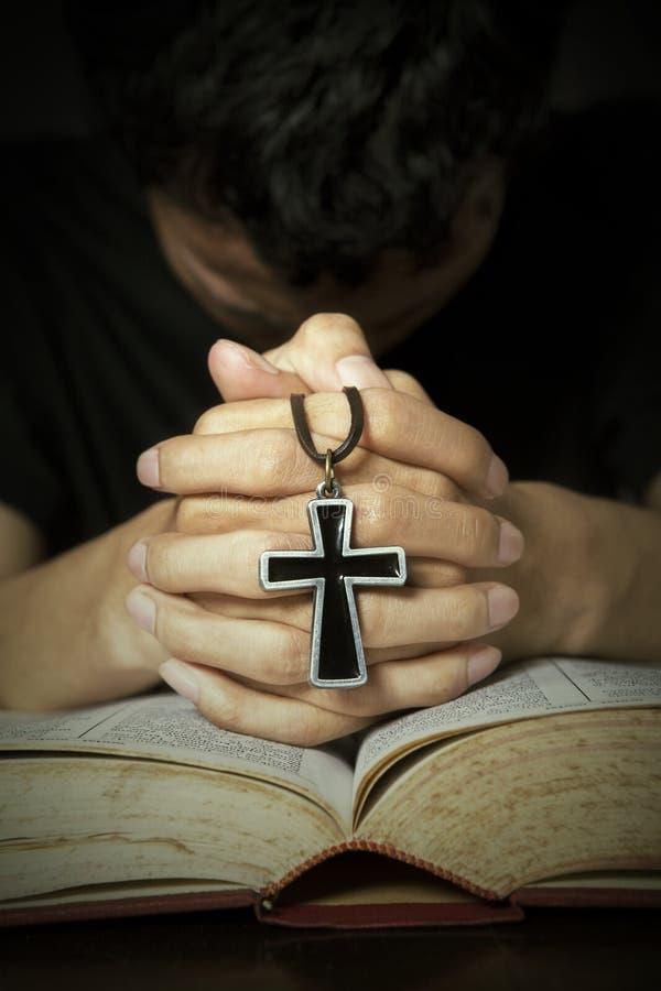 Άτομο που προσεύχεται στο Θεό στοκ φωτογραφία