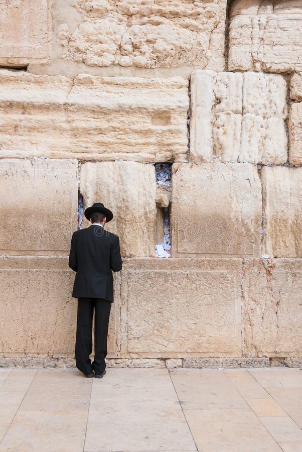 Άτομο που προσεύχεται στο δυτικό τοίχο, Ιερουσαλήμ, Ισραήλ στοκ φωτογραφία με δικαίωμα ελεύθερης χρήσης