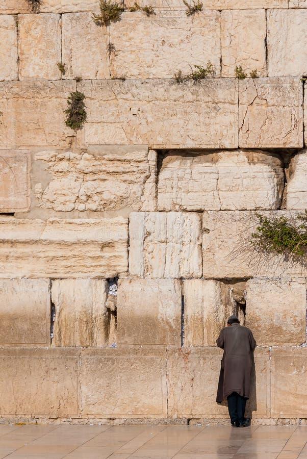 Άτομο που προσεύχεται στο δυτικό τοίχο, Ιερουσαλήμ, Ισραήλ στοκ εικόνες