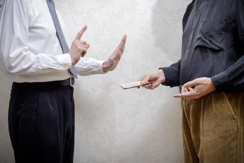 Άτομο που προσφέρει μια δωροδοκία Hryvnia σε ένα άτομο που αρνείται το στοκ εικόνες