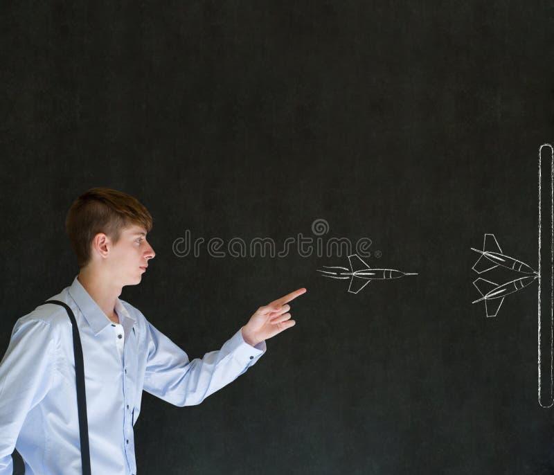 Άτομο που ρίχνει τα βέλη στρατηγικής κιμωλίας στοκ φωτογραφία