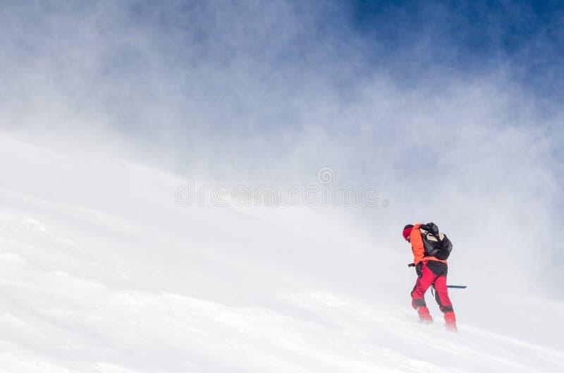 Άτομο που σε μια χιονισμένη απότομη κλίση στοκ εικόνες με δικαίωμα ελεύθερης χρήσης