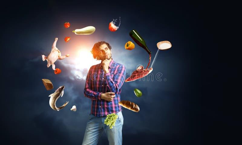 Άτομο που σκέφτεται και που επιδιώκει τη νέα έννοια ιδέας στοκ εικόνες