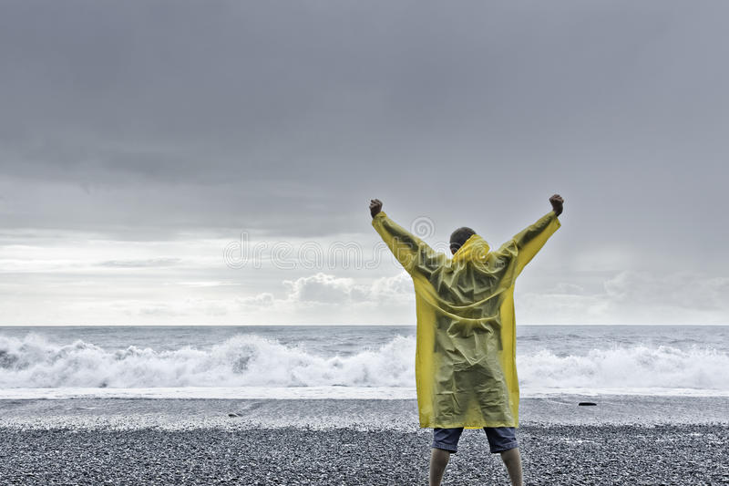 Άτομο που στέκεται ενάντια στον ωκεανό στοκ εικόνες