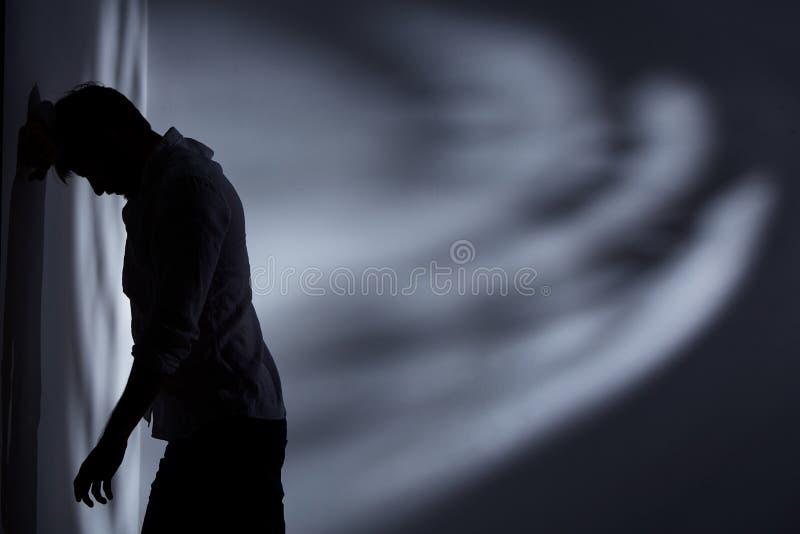 Άτομο που στέκεται κοντά τον τοίχο στοκ φωτογραφία