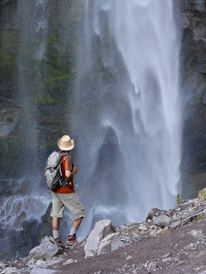 Άτομο που στέκεται μπροστά από τους καταρράκτες στοκ φωτογραφία με δικαίωμα ελεύθερης χρήσης