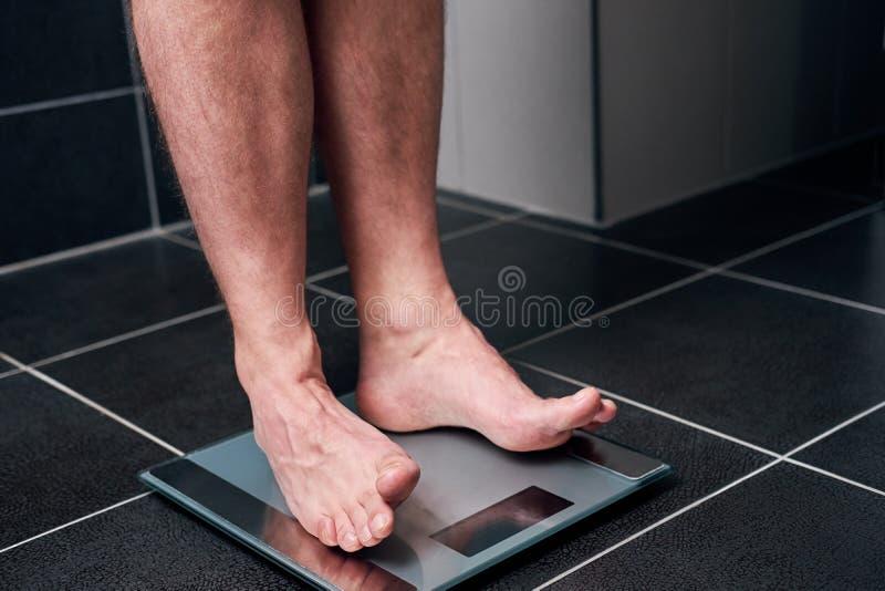 Άτομο που στέκεται σε μια κλίμακα στοκ φωτογραφίες
