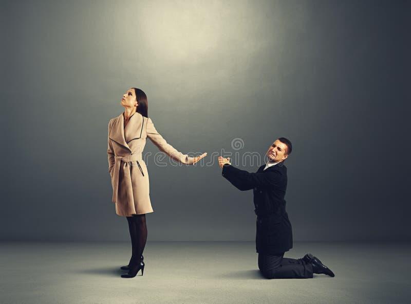 Άτομο που στέκεται στα γόνατα και τη συγγνώμη του στοκ φωτογραφία με δικαίωμα ελεύθερης χρήσης