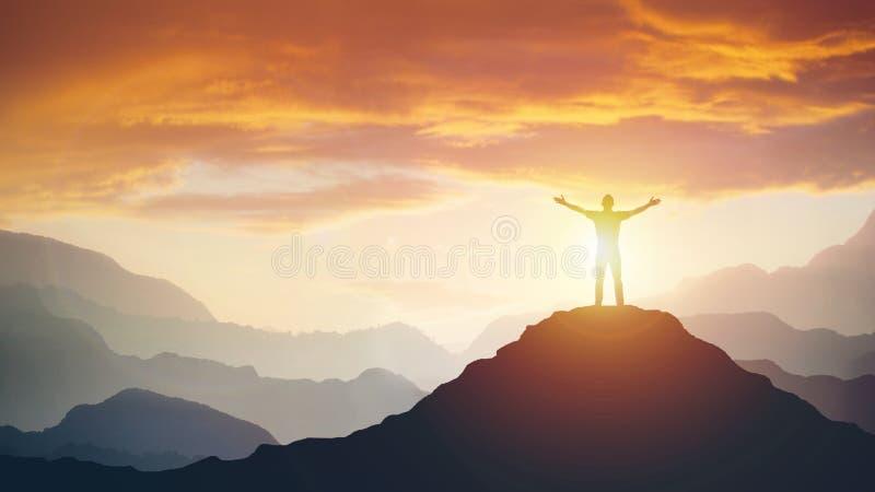 Άτομο που στέκεται στην άκρη του βουνού που αισθάνεται νικηφορόρη με τα όπλα επάνω στον αέρα στοκ εικόνες