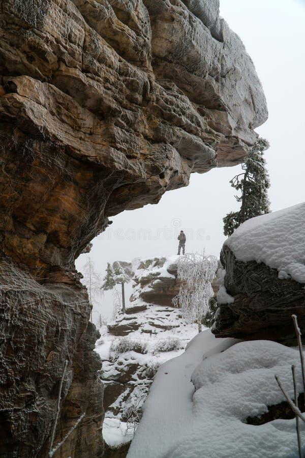 Άτομο που στέκεται στο βράχο στη διάσημη εθνική πέτρινη πόλη πάρκων το χειμώνα, Ρωσία, περιοχή Perm στοκ φωτογραφίες με δικαίωμα ελεύθερης χρήσης