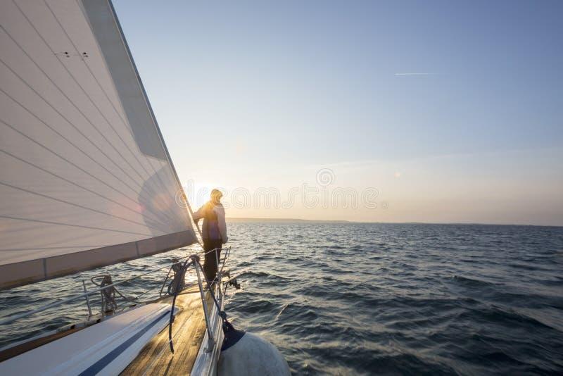 Άτομο που στέκεται στο μέτωπο του γιοτ πολυτέλειας στη θάλασσα στοκ φωτογραφία με δικαίωμα ελεύθερης χρήσης