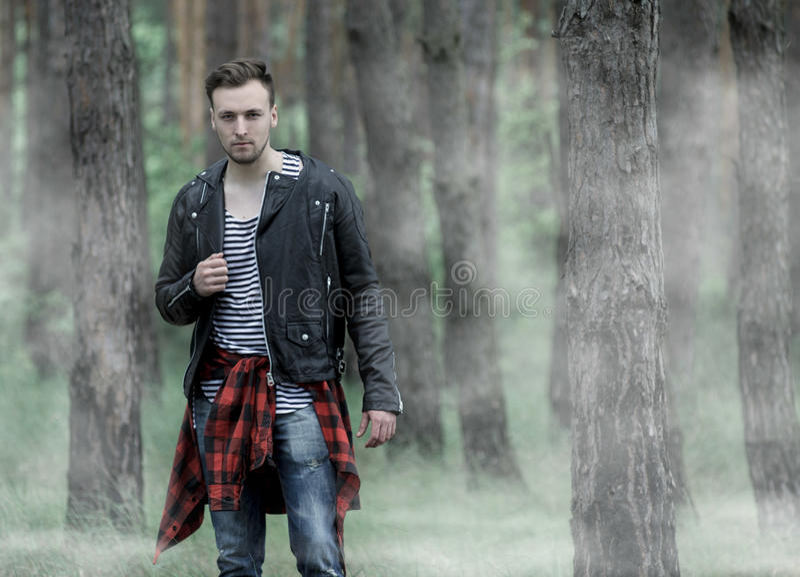 Άτομο που στέκεται στο misty δάσος στοκ φωτογραφίες