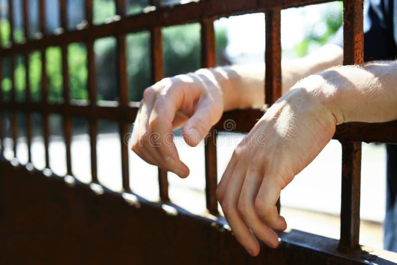 Άτομο που τίθεται υπό κράτηση στη φυλακή υπαίθρια, κινηματογράφηση σε πρώτο πλάνο στοκ εικόνες