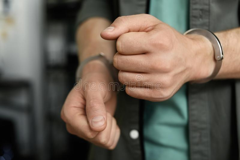Άτομο που τίθεται υπό κράτηση στις χειροπέδες στο εσωτερικό, άποψη κινηματογραφήσεων σε πρώτο πλάνο στοκ φωτογραφίες με δικαίωμα ελεύθερης χρήσης