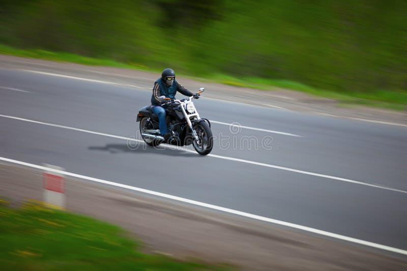 Άτομο που ταξιδεύει σε μια κλασική μοτοσικλέτα - μπαλτάς στοκ εικόνες