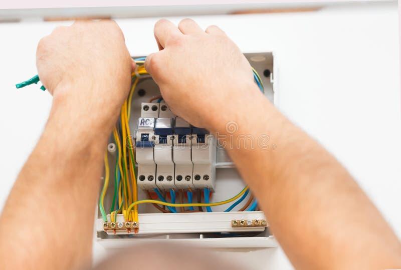 Άτομο που τοποθετεί την ηλεκτρική θρυαλλίδα στοκ φωτογραφίες με δικαίωμα ελεύθερης χρήσης
