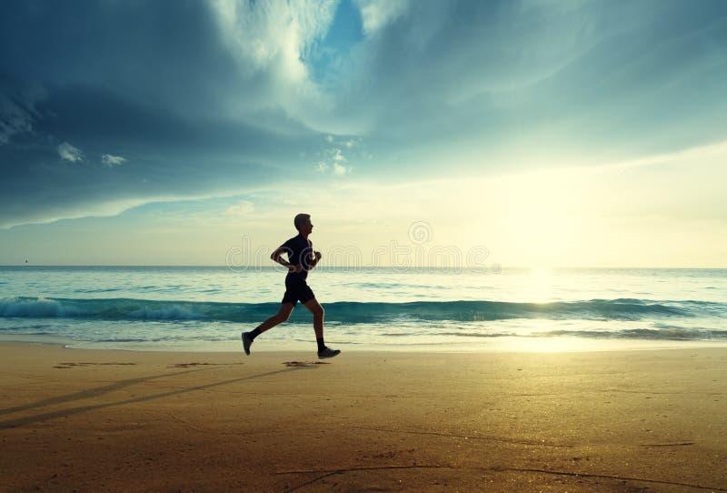 Άτομο που τρέχει στην τροπική παραλία στοκ φωτογραφίες