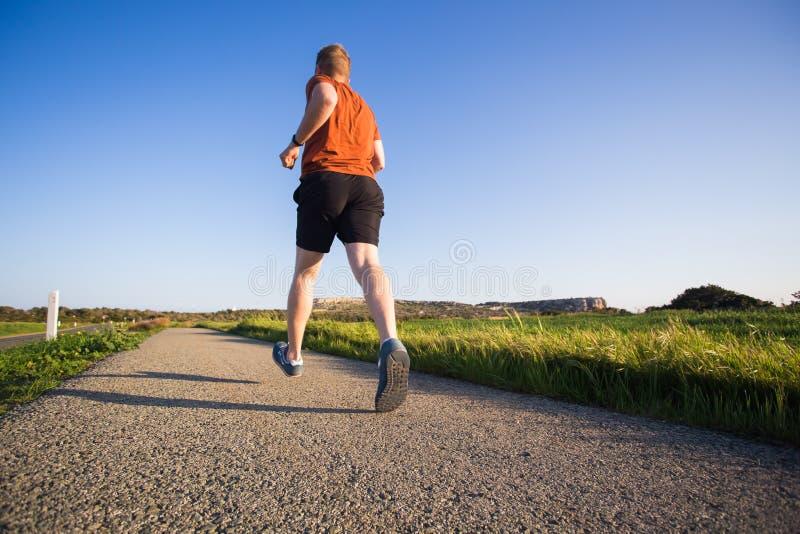 Άτομο που τρέχει υπαίθριο να τρέξει γρήγορα για την επιτυχία Αρσενικός αθλητικός αθλητής δρομέων ικανότητας στην ορμή με τη μεγάλ στοκ εικόνα με δικαίωμα ελεύθερης χρήσης