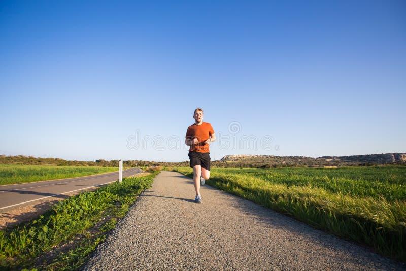 Άτομο που τρέχει υπαίθριο να τρέξει γρήγορα για την επιτυχία Αρσενικός αθλητικός αθλητής δρομέων ικανότητας στην ορμή με τη μεγάλ στοκ φωτογραφία με δικαίωμα ελεύθερης χρήσης