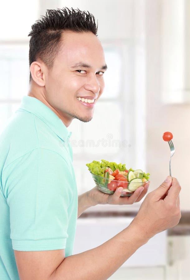 Άτομο που τρώει τη σαλάτα στοκ φωτογραφίες με δικαίωμα ελεύθερης χρήσης