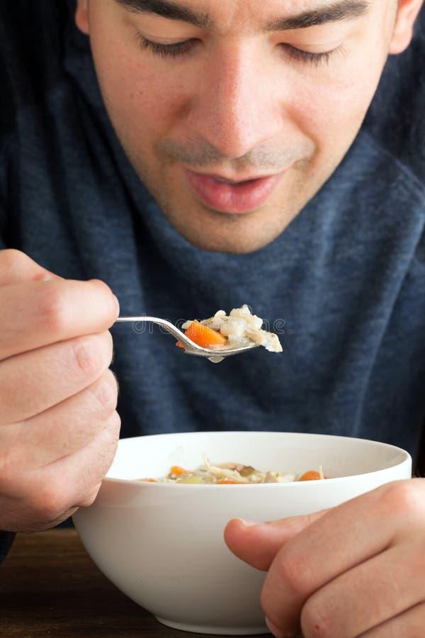 Άτομο που τρώει τη σούπα κοτόπουλου στοκ φωτογραφίες