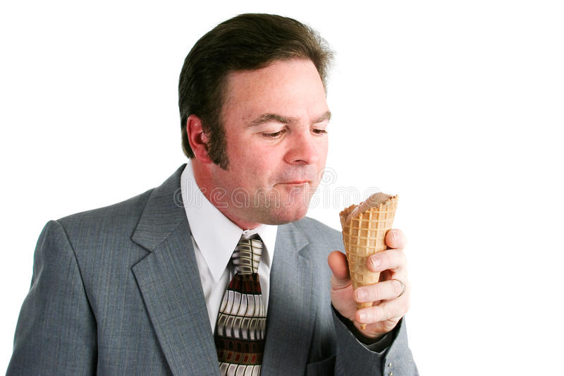 Άτομο που τρώει τον κώνο παγωτού σοκολάτας στοκ φωτογραφία