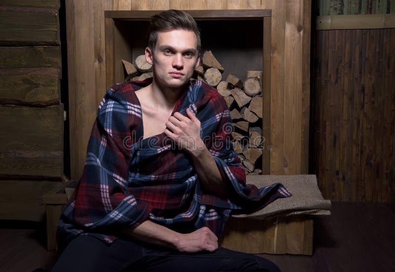 Άτομο που τυλίγεται σε ένα κάλυμμα στο αγροτικό εσωτερικό στοκ φωτογραφία με δικαίωμα ελεύθερης χρήσης