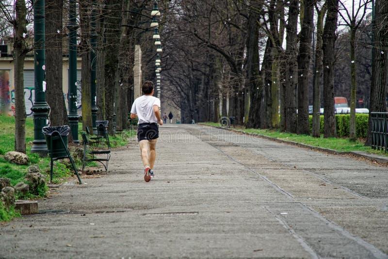 Άτομο που υπαίθρια δημόσια το πάρκο, που τρέχει για την υγεία στοκ φωτογραφία με δικαίωμα ελεύθερης χρήσης