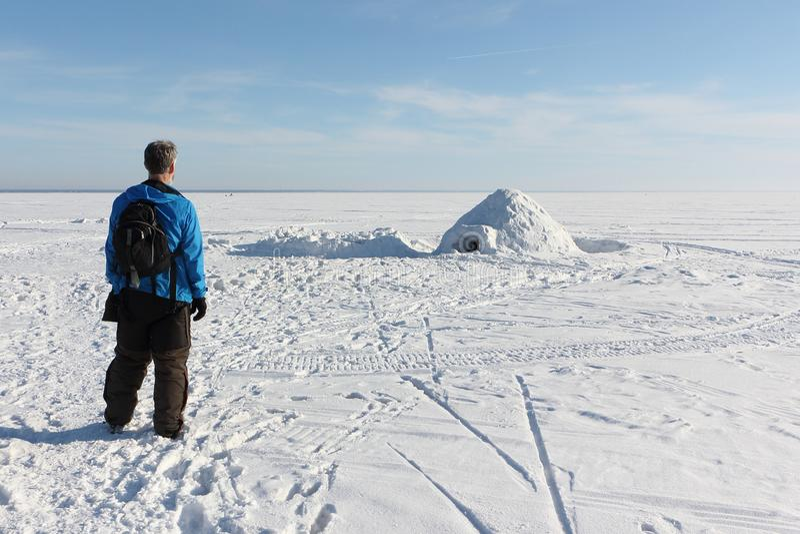 Άτομο που υπερασπίζεται μια παγοκαλύβα στην παγωμένη δεξαμενή στοκ φωτογραφία με δικαίωμα ελεύθερης χρήσης