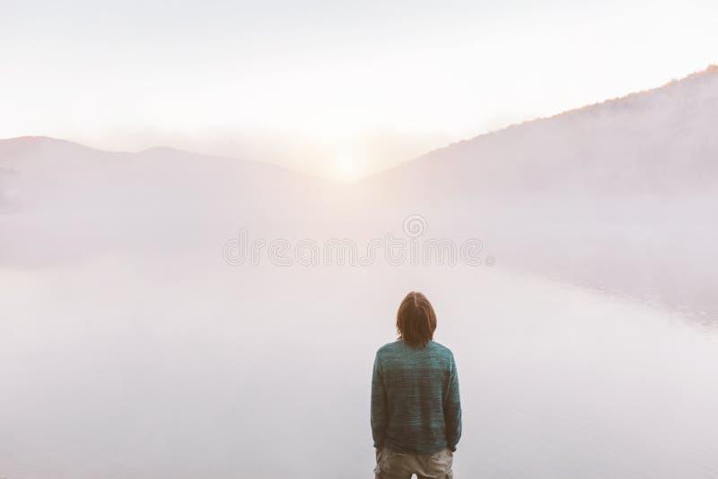 Άτομο που υπερασπίζεται τη λίμνη στοκ φωτογραφίες με δικαίωμα ελεύθερης χρήσης