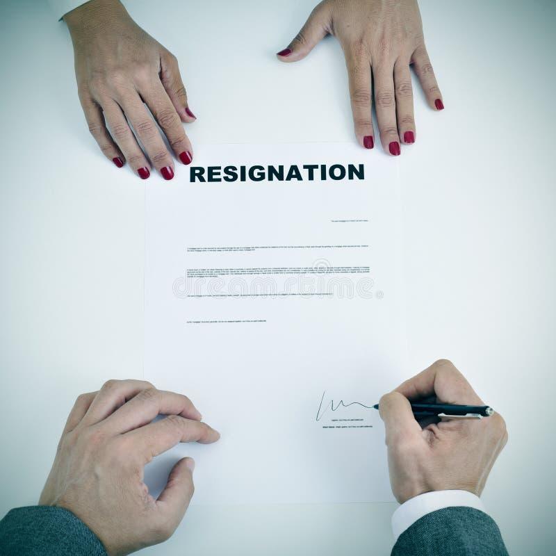 Άτομο που υπογράφει ένα έγγραφο παραίτησης στοκ φωτογραφίες