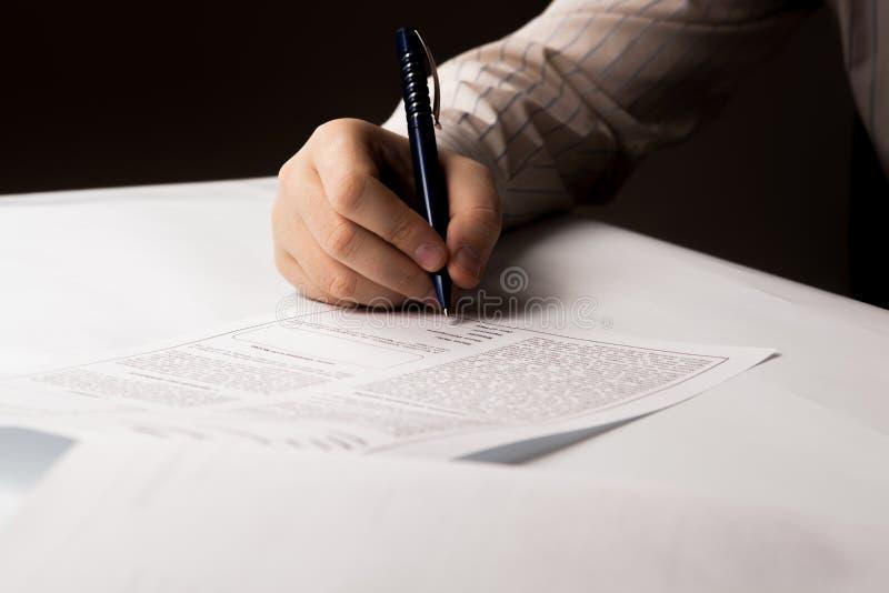Άτομο που υπογράφει μια σύμβαση στοκ φωτογραφία με δικαίωμα ελεύθερης χρήσης