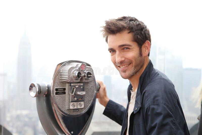 Άτομο που υποστηρίζει τη θαυμάζοντας πόλη τηλεσκοπίων της Νέας Υόρκης στοκ εικόνες με δικαίωμα ελεύθερης χρήσης