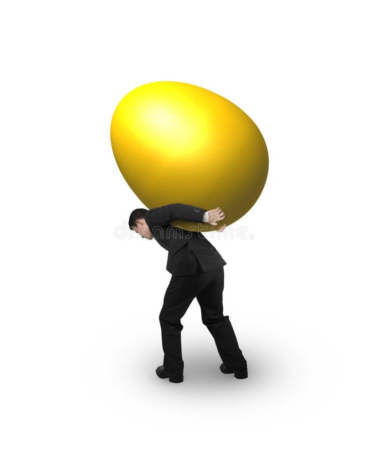 Άτομο που φέρνει ένα χρυσό αυγό στοκ φωτογραφία με δικαίωμα ελεύθερης χρήσης