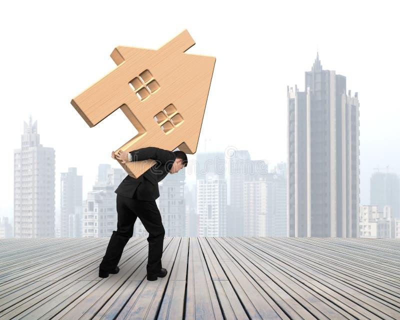 Άτομο που φέρνει το ξύλινο σπίτι στην πλάτη του στοκ φωτογραφίες με δικαίωμα ελεύθερης χρήσης