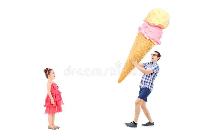 Άτομο που φέρνει το τεράστιο παγωτό στο συγκινημένο κορίτσι στοκ φωτογραφίες με δικαίωμα ελεύθερης χρήσης