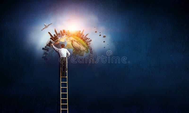 Άτομο που φθάνει στο γήινο πλανήτη Μικτά μέσα στοκ εικόνα με δικαίωμα ελεύθερης χρήσης