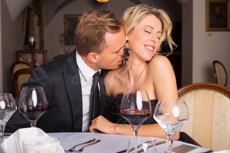 Άτομο που φιλά το θηλυκό λαιμό στοκ εικόνες