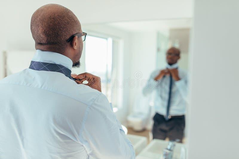 Άτομο που φορά έναν δεσμό στοκ εικόνα με δικαίωμα ελεύθερης χρήσης