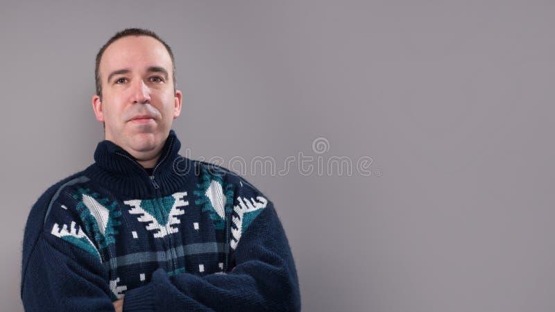 Άτομο που φορά ένα θερμό πουλόβερ στοκ φωτογραφίες