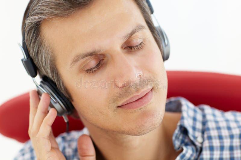 Άτομο που φορά τα ακουστικά στοκ φωτογραφία