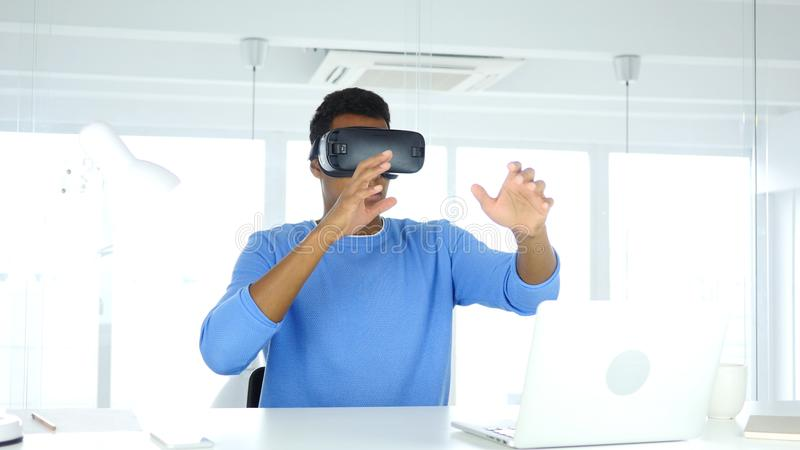 Άτομο που φορά τα γυαλιά εικονικής πραγματικότητας στην αρχή χρησιμοποίηση με την κάσκα προστατευτικών διόπτρων Smartphone VR στοκ εικόνες