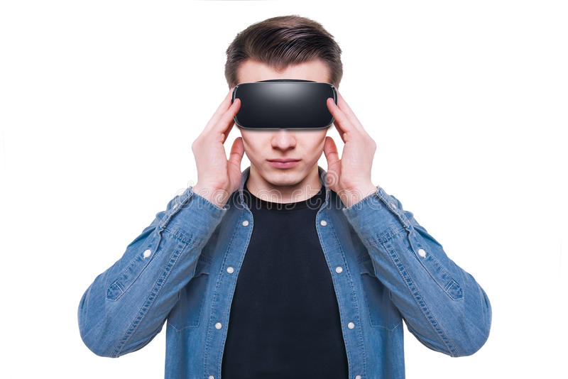 Άτομο που φορά τα προστατευτικά δίοπτρα εικονικής πραγματικότητας που απομονώνονται στο άσπρο υπόβαθρο στοκ εικόνες