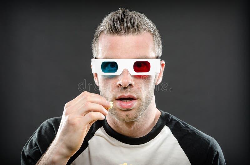 Άτομο που φορά τα τρισδιάστατα γυαλιά που τρώνε popcorn στοκ φωτογραφία με δικαίωμα ελεύθερης χρήσης