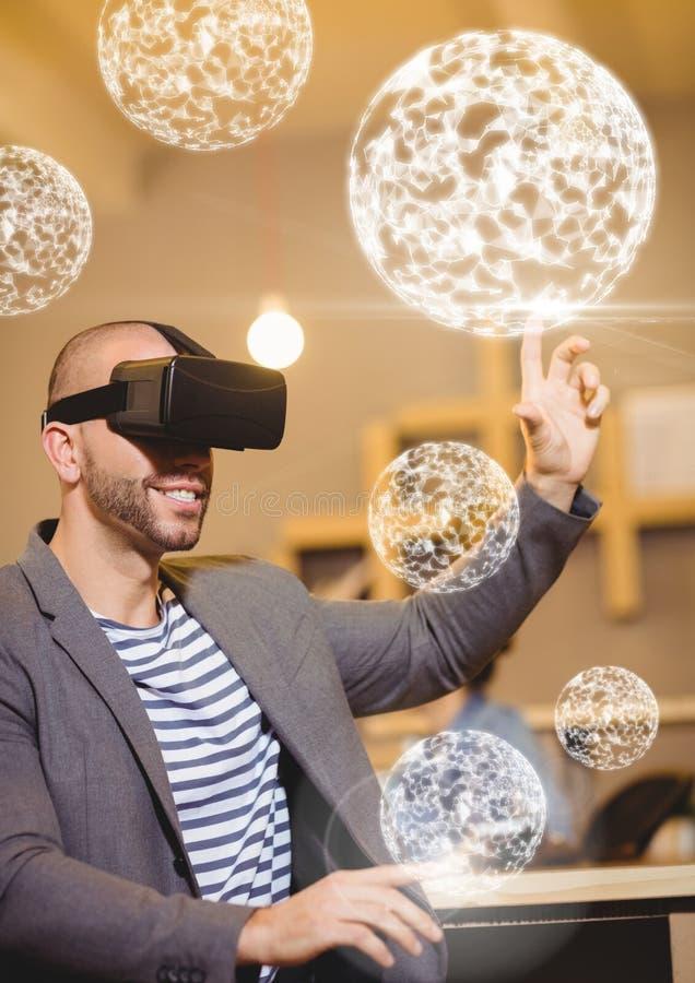 Άτομο που φορά την κάσκα εικονικής πραγματικότητας VR με τους σφαίρες διεπαφών στοκ φωτογραφία