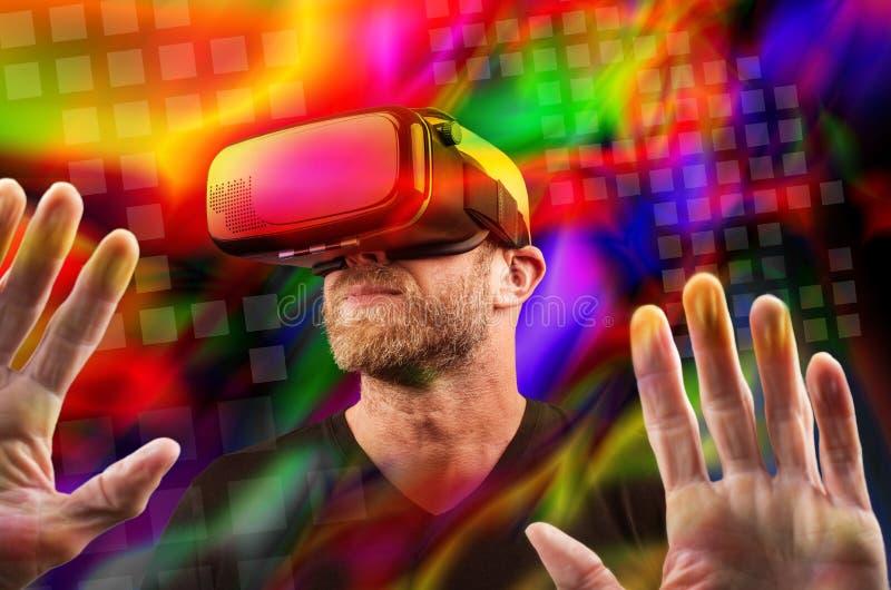 Άτομο που φορά την κάσκα VR στοκ εικόνα με δικαίωμα ελεύθερης χρήσης