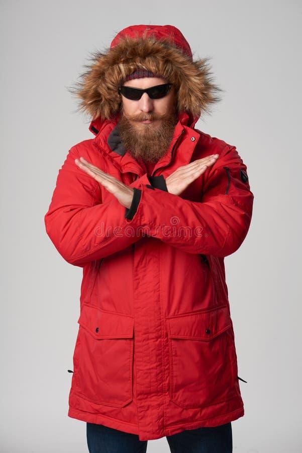 Άτομο που φορά την κόκκινη gesturing στάση χειμερινών σακακιών αρκετό σημάδι χεριών στοκ εικόνες με δικαίωμα ελεύθερης χρήσης