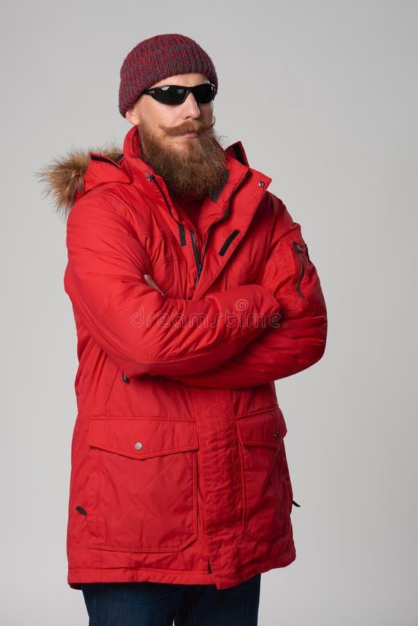 Άτομο που φορά το κόκκινα χειμερινά σακάκι και τα γυαλιά ηλίου στοκ φωτογραφία με δικαίωμα ελεύθερης χρήσης