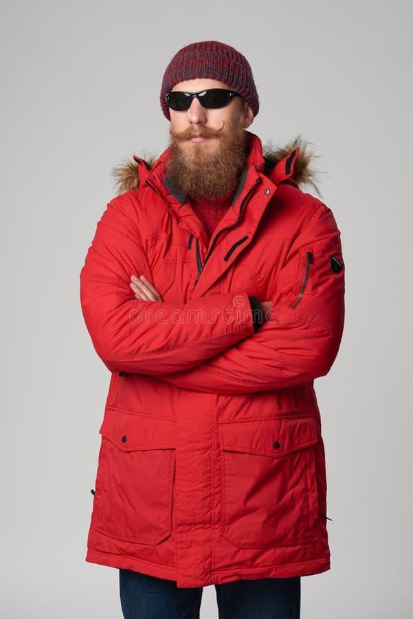 Άτομο που φορά το κόκκινο σακάκι της χειμερινής Αλάσκας με την κουκούλα γουνών επάνω στοκ φωτογραφία με δικαίωμα ελεύθερης χρήσης