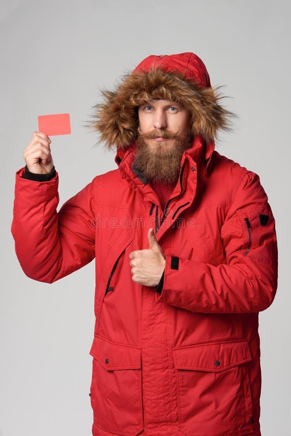 Άτομο που φορά το κόκκινο σακάκι της χειμερινής Αλάσκας με την κουκούλα γουνών επάνω στοκ εικόνα με δικαίωμα ελεύθερης χρήσης